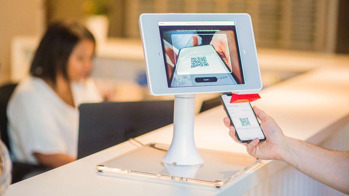 Person scannt QR Code an einem Tablet