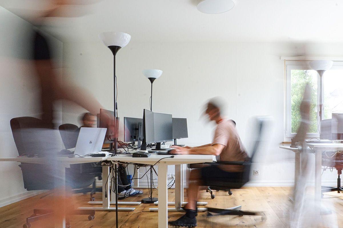 Simplit Team im Büro während der Arbeit